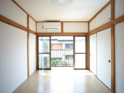 202号室 6畳ですが、広い収納があるので快適です。