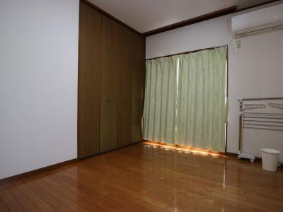 202 南側にバルコニー、西側は出窓になっている、とても明るいお部屋です。