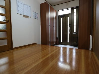 玄関ホールには連絡ボードを設置しています。