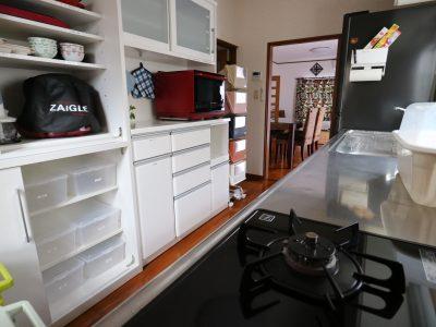 手前のキッチンにはザイグルやヘルシオをはじめ、調理に充分なスペースと個人用のスペースを備えています。
