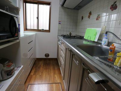 奥のキッチンは3.5畳あります。電子レンジ、炊飯器もそろってます