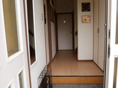 共用:玄関を入って左手にある共用の下駄箱は専用のスペース分けでたっぷり靴が収納できます