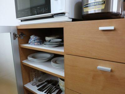 2F:レンジ棚の中には食器が入ってます。ヘルシオと炊飯器も備え付けです。
