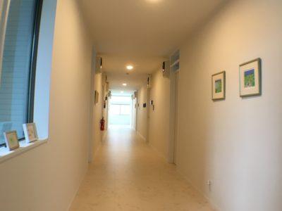 走りたくなる廊下。端から端まで20mあります。でも走っちゃダメ!!!